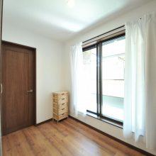 2階の廊下はゆったりスペースで、バルコニーとつながっており、洗濯などの家事もスムーズにできます!