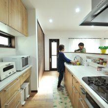 通常より少し高めのキッチンの腰壁は、ダイニング側から手元が見えずすっきりするだけでなく、調味料などの収納スペースも確保でき使い勝手も◎