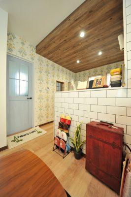 キッチンは腰壁のタイルに、下げ天井ウッド、お料理するのが楽しくなりそうな壁紙。アンティークな小物使いがセンスを感じます。