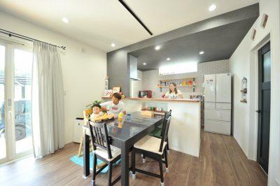 ビーチハウスをイメージさせる、ウッドや白タイルの壁。キッチン腰壁にもアクセントタイルを施し統一感を意識されて、バランス良い空間になりました。調理しながらお部屋全体を見渡せるのも子育てママには嬉しいポイント。
