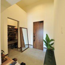 天井は高く、ベンチも置ける開放感のある玄関。シューズクロークは、お子様の自転車やアウトドア用品などが収まるので玄関はいつでもスッキリ。