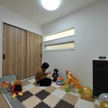 ご夫婦のこだわりポイントのお子さんのお昼寝に使いやすい3帖スペース。北欧インテリアにも合うグレーの琉球畳を使いました。